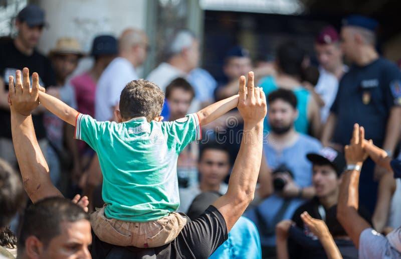 Flyktingar protesterar på den Keleti drevstationen i Budapest royaltyfri fotografi