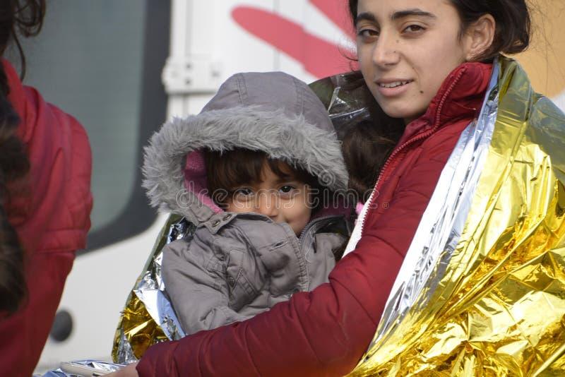 Flyktingar som ankommer på Lesvos arkivbilder