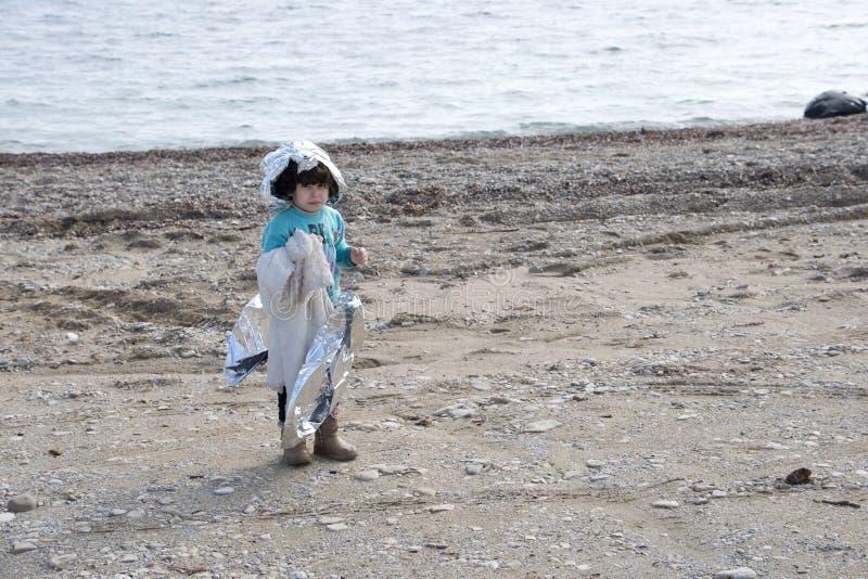 Flyktingar som ankommer på Lesvos arkivbild
