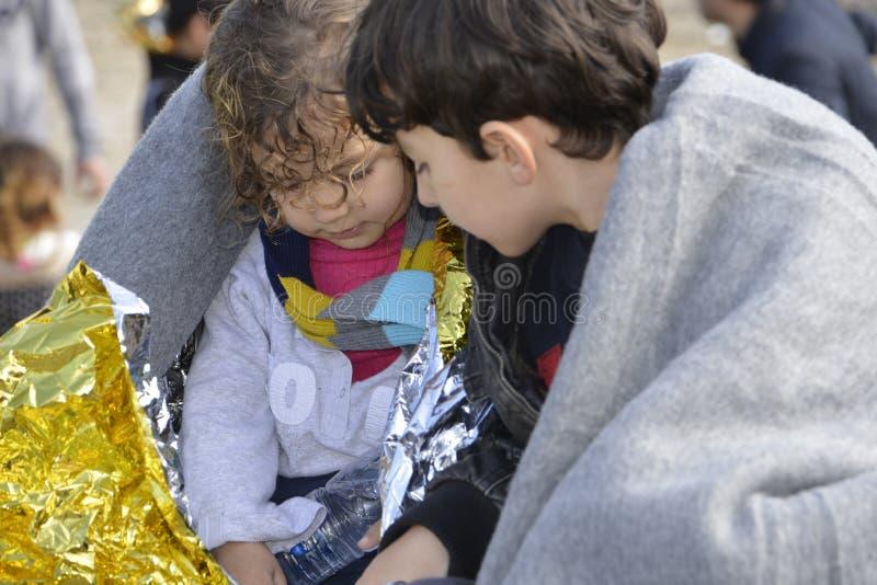 Flyktingar som ankommer på Lesvos arkivfoton