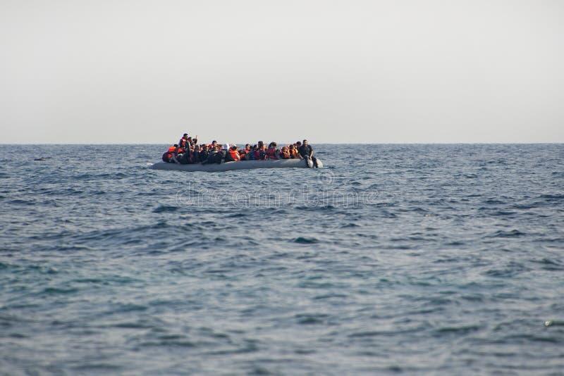 Flyktingar som ankommer på Lesvos royaltyfri fotografi