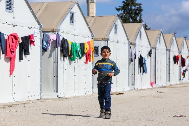 Flyktingar som bor i tält i mittförflyttningen Diavata arkivbild