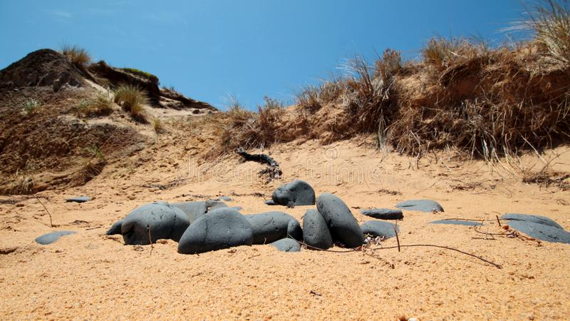 Flynns-Praia-rochas fotos de stock royalty free