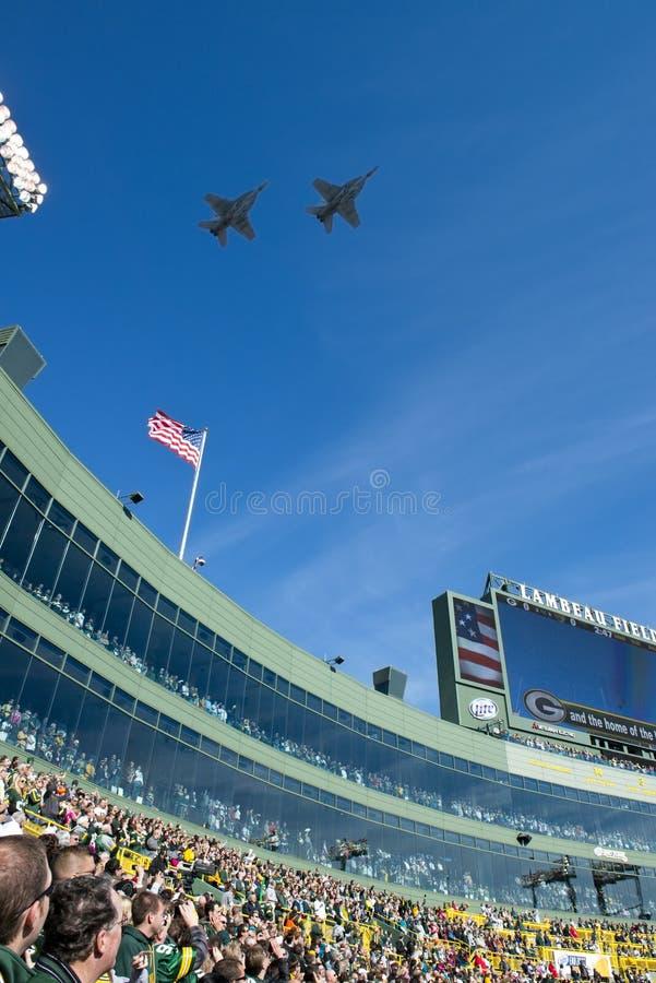 Flyover militar, campo de Lambeau, empacotador do Green Bay imagem de stock royalty free