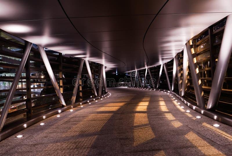 Flyover moderno nella notte con ombra fotografie stock