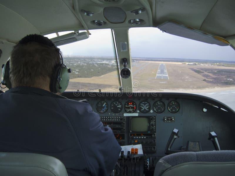 flys pilota un aeroplano per fare un atterraggio fotografia stock libera da diritti