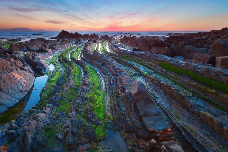 Flysch na praia Basque Barrika do país, Espanha fotos de stock royalty free