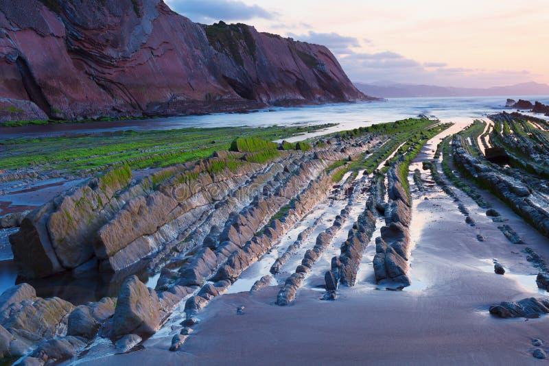 Flysch na praia Basque Zumaia do país, Espanha imagens de stock royalty free