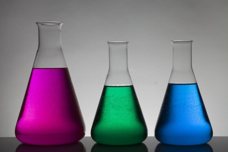 Flytande i laboratoriumflaskor Vetenskapligt biochemical laboratorium Färgrik flytande fotografering för bildbyråer