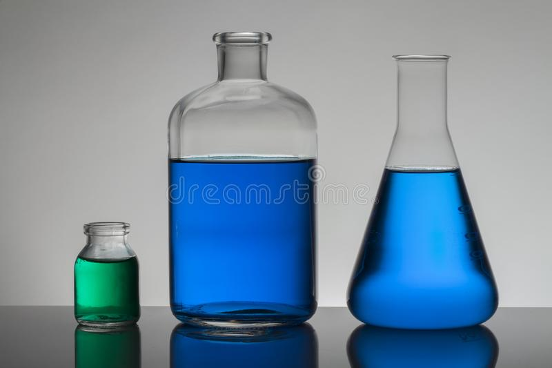Flytande i laboratoriumflaskor Vetenskapligt biochemical laboratorium Färgrik flytande arkivfoto