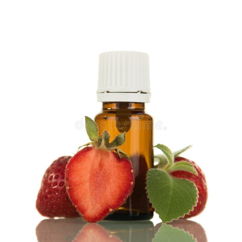 Flytande med en frukt- arom, for inhalation av elektroniska cigaretter för dunst som isoleras på vit royaltyfria foton