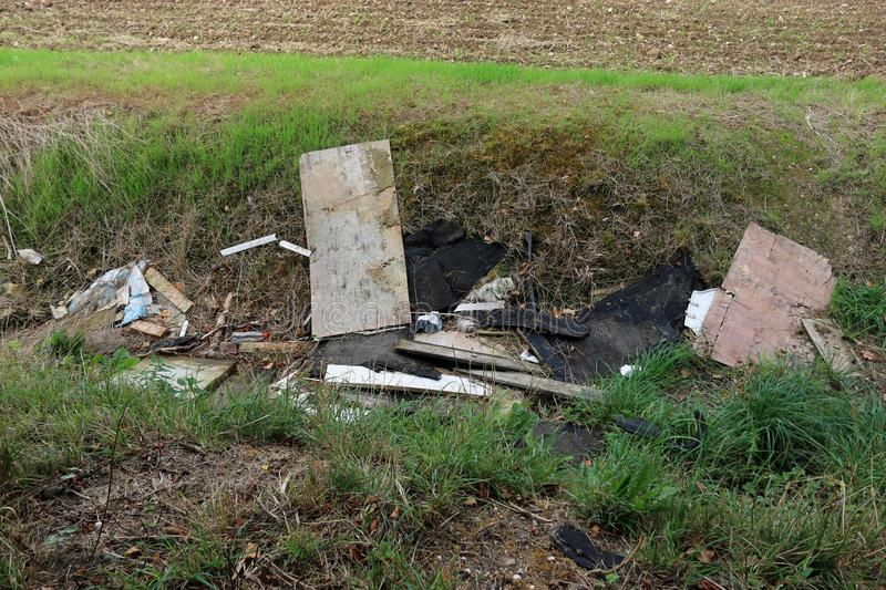 Flytipping sur les terres agricoles photo stock