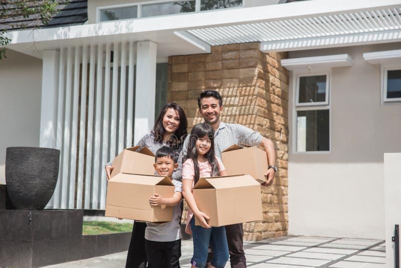 flytta sig för dag lycklig asiatisk familj framme av deras nya hus royaltyfri foto
