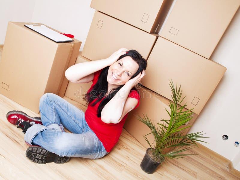 flytta sig för hus som är nytt till kvinnabarn arkivbilder