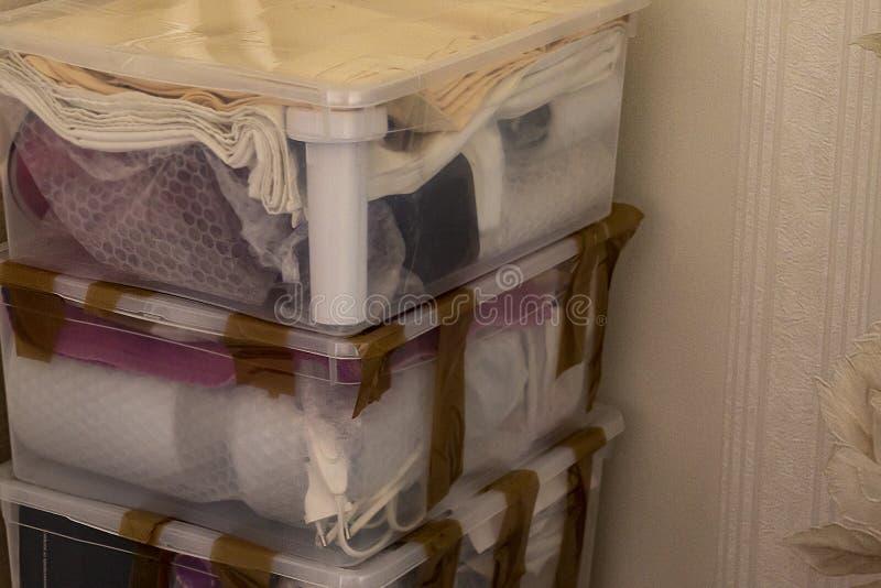 Flytta sig in i ett nytt hus Packande bräcklig saker arkivbilder