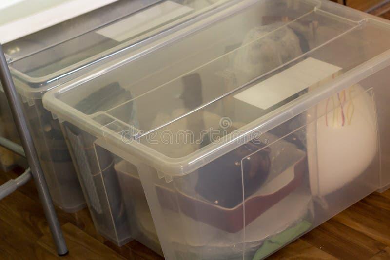 Flytta sig in i ett nytt hus Packande glasföremål i en plast- ask royaltyfria bilder