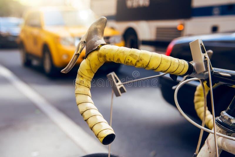 Flytta sig med cykeln i staden Cykeln är ekologisk och snabb stadstransport för alternativ, Cykelhjul mot stadsbusstaxien royaltyfri bild