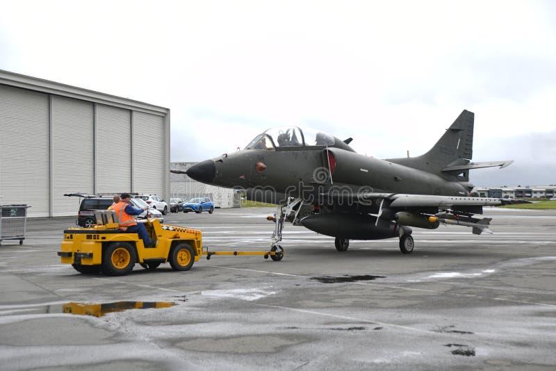 Flytta Skyhawken till en annan hangar arkivbilder