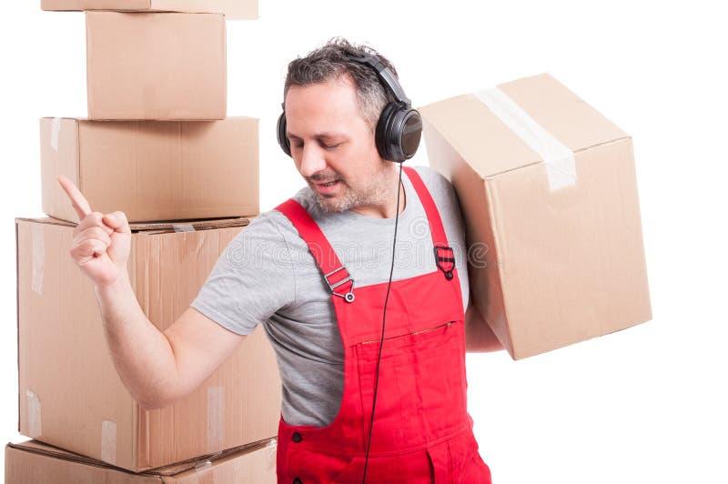 Flyttkarlman med hörlurar på att tycka om musik och att dansa arkivfoton
