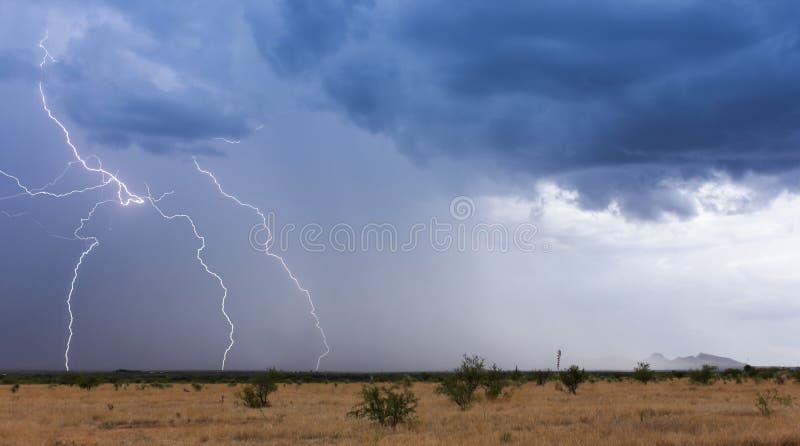 Flyttningar för en monsunstorm över öknen royaltyfria bilder