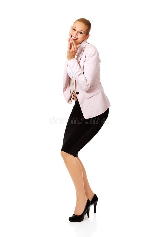 Fniss för affärskvinna som täcker hennes mun med handen arkivbilder