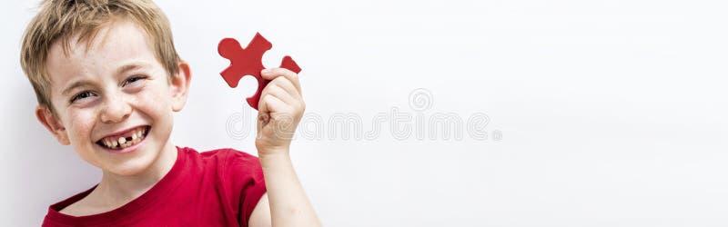 Fnissa tandlöst barn som tycker om finna en figursåg för rolig skillnad arkivbilder