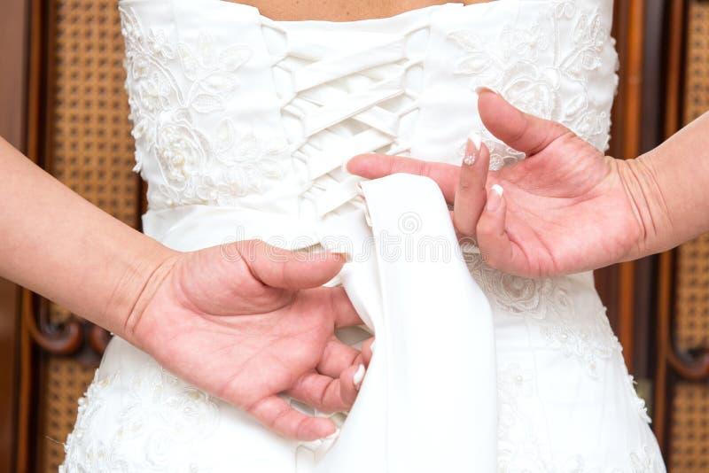 Download Fnuren i bröllopsklänning arkivfoto. Bild av textil, vitt - 78727166