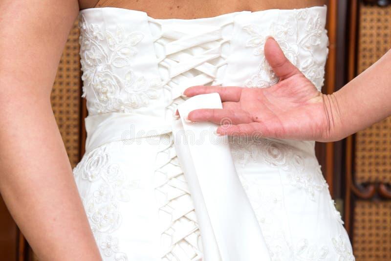 Download Fnuren i bröllopsklänning fotografering för bildbyråer. Bild av förbindelse - 78727177
