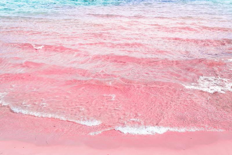 Foamy κυματισμένο σαφές κύμα θάλασσας που κυλά στο ρόδινο τυρκουάζ μπλε νερό ακτών άμμου Όμορφο ήρεμο ειδυλλιακό τοπίο στοκ εικόνες με δικαίωμα ελεύθερης χρήσης