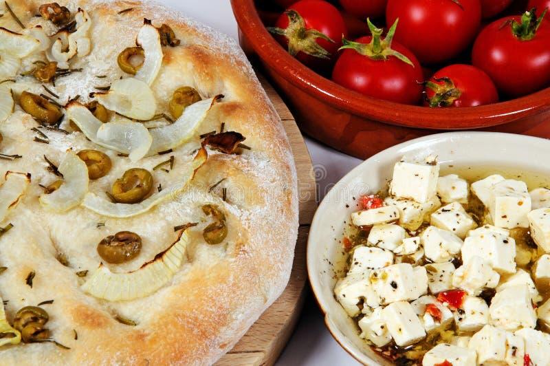 Focaccia με το τυρί και την ντομάτα στοκ εικόνες