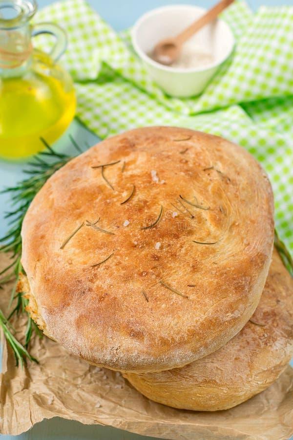Focaccia ψωμιού της ζύμης πατατών με το άλας και το δεντρολίβανο θάλασσας στοκ εικόνες με δικαίωμα ελεύθερης χρήσης