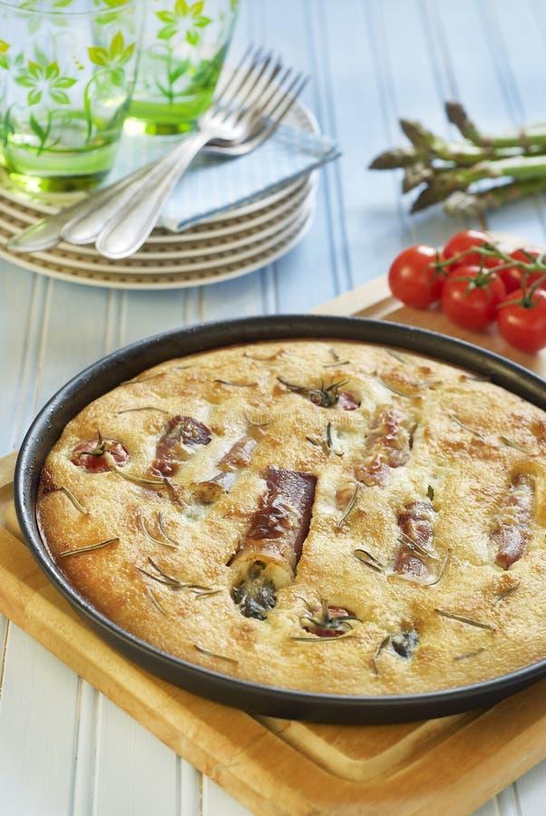 Focaccia с розмариновым маслом, спаржей в jamon и томатами вишни стоковые фотографии rf