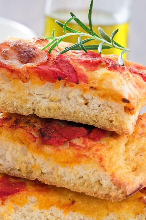 Focaccia avec la tomate et le romarin. photo libre de droits
