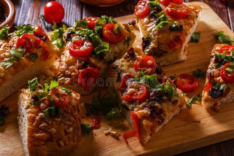 Focaccia caseiro com tomates, tomates sol-secados, mussarela fotos de stock royalty free