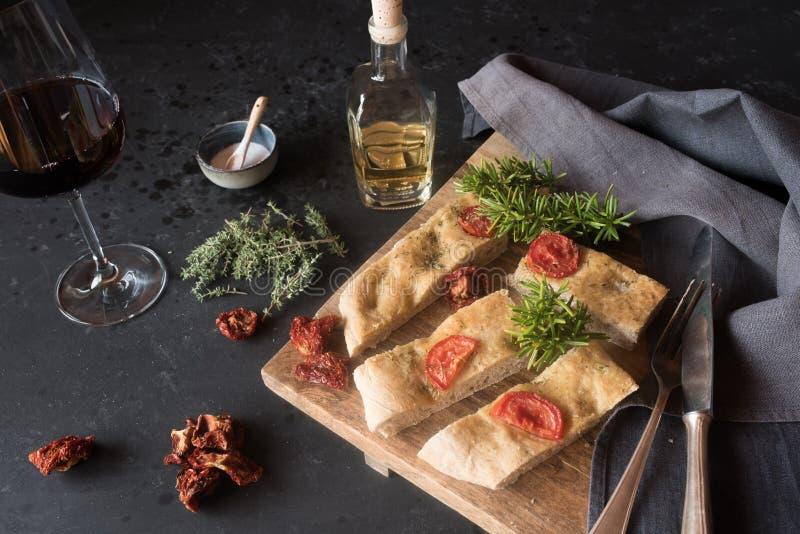 Focaccia com tomates e as ervas secados imagens de stock royalty free