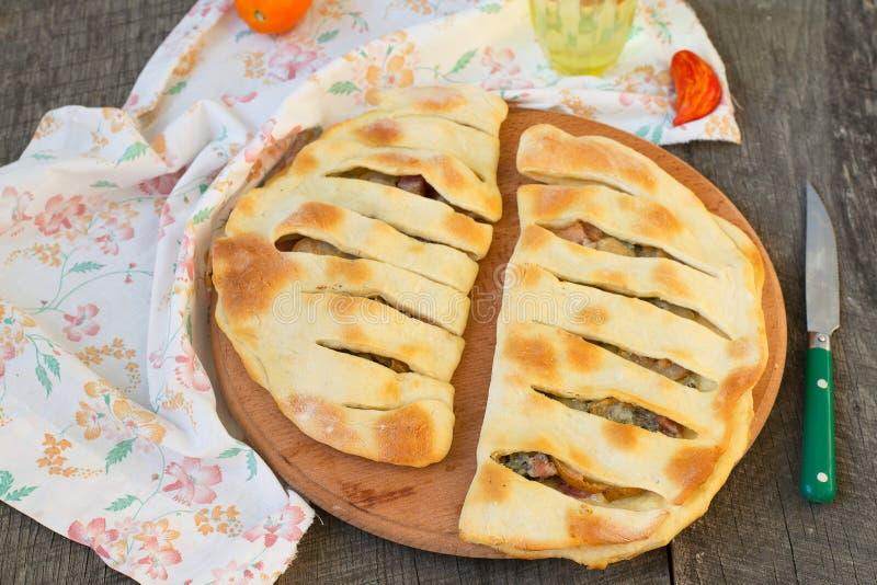 Focaccia con queso verde, la pera y el tocino imagenes de archivo