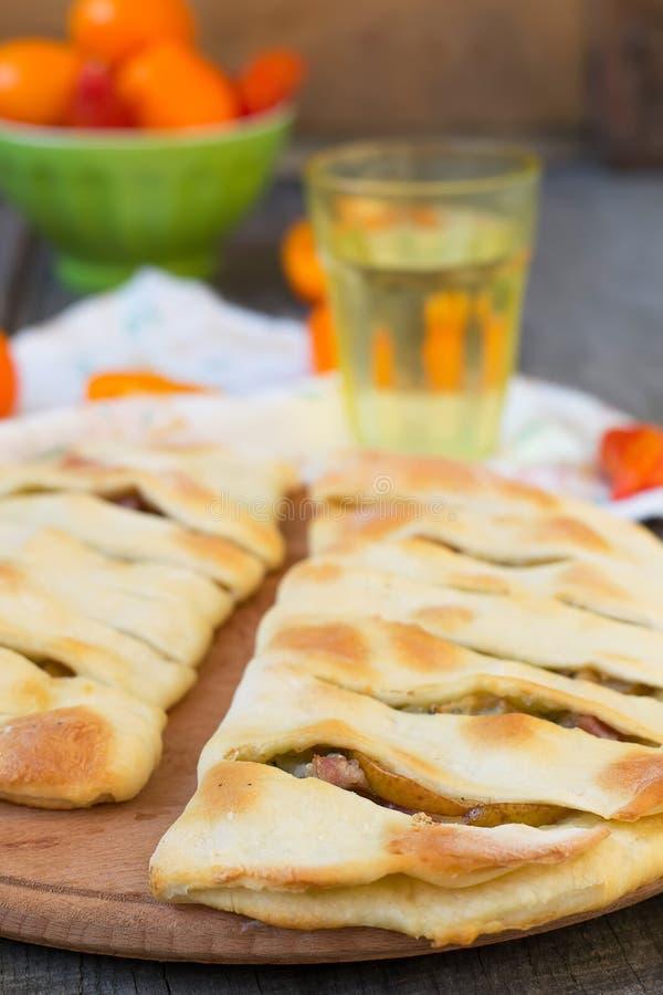 Focaccia con queso verde, la pera y el tocino foto de archivo libre de regalías