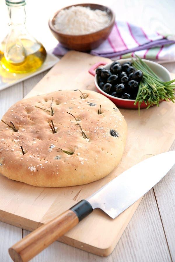 Focaccia de ciboulette et d'olives image libre de droits