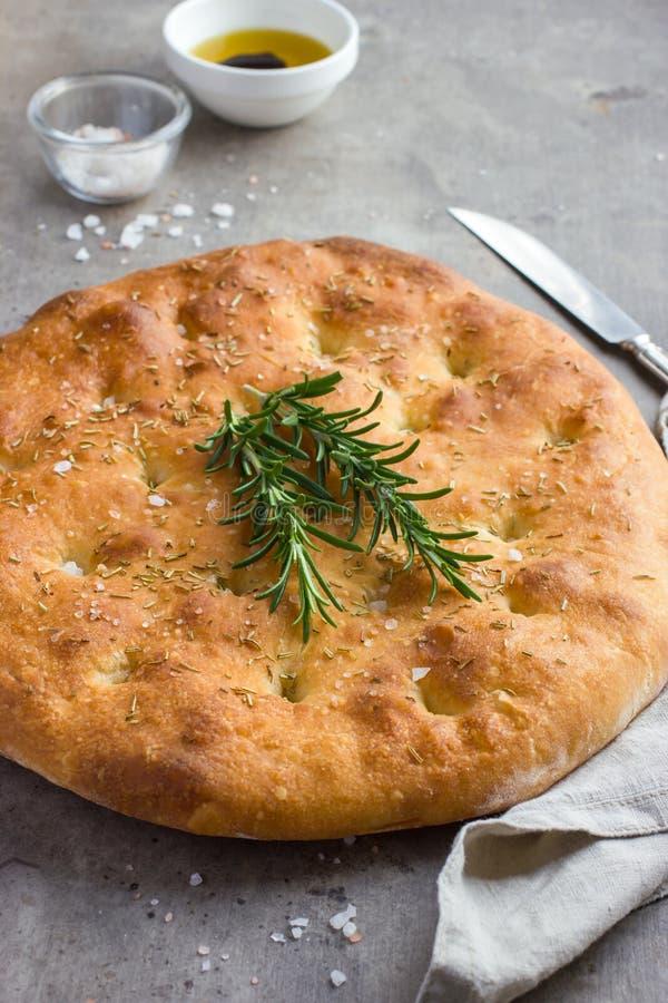 Focaccia del pan italiano con la sal y el romero del mar fotos de archivo libres de regalías