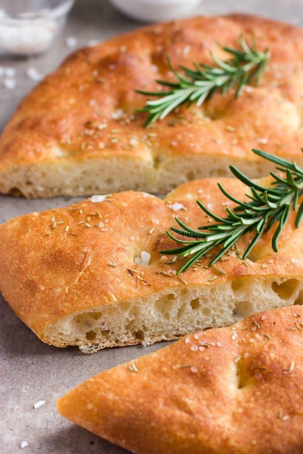 Focaccia del pan italiano con la sal y el romero del mar imagenes de archivo