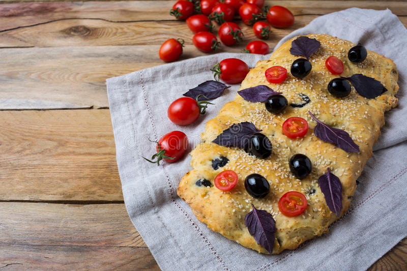 Focaccia del pane italiano con oliva ed il pomodoro ciliegia, spazio della copia fotografie stock libere da diritti