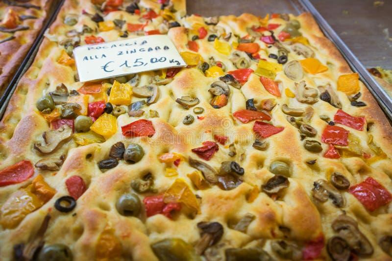 Focaccia is een oven-gebakken Italiaans brood Antipasto, lijstbrood, snack royalty-vrije stock foto