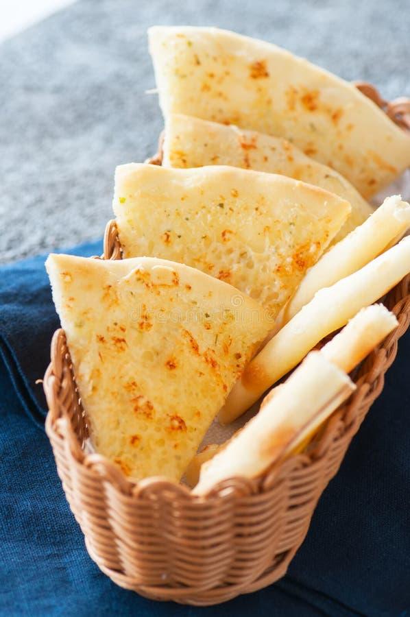 Focaccia fino caseiro com queijo em uma cesta imagens de stock