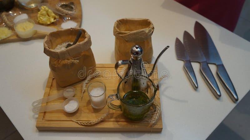 Focaccia ingredienser på träbräde arkivbild