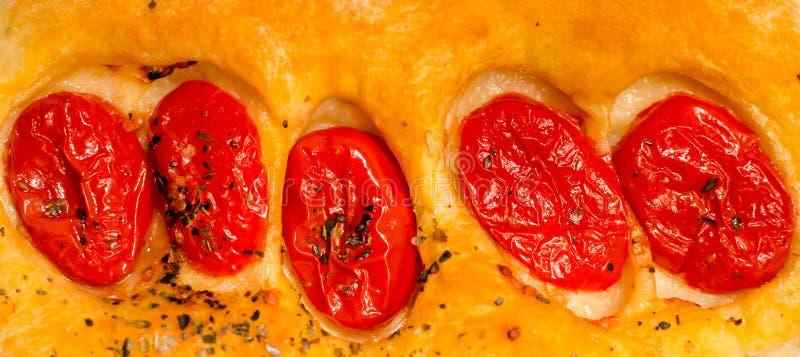 Focaccia italiana con i pomodori ciliegia fotografia stock libera da diritti