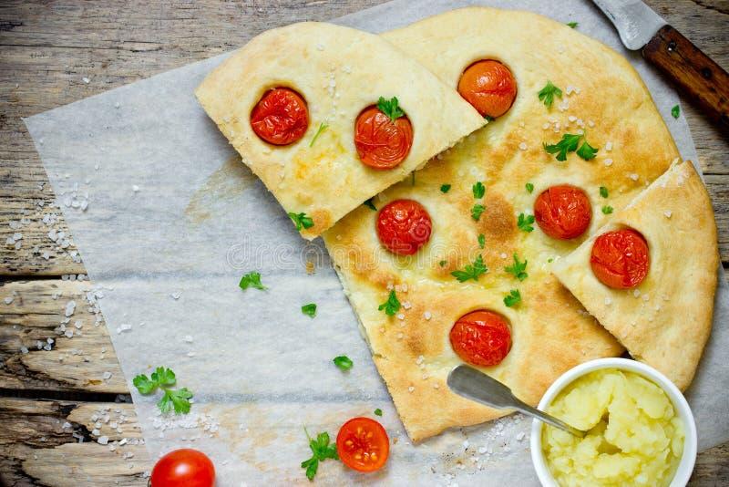 Focaccia italiana del flatbread con i pomodori ciliegia fotografia stock