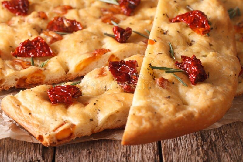Focaccia italiano cortado com tomates secados macro horizontal imagem de stock