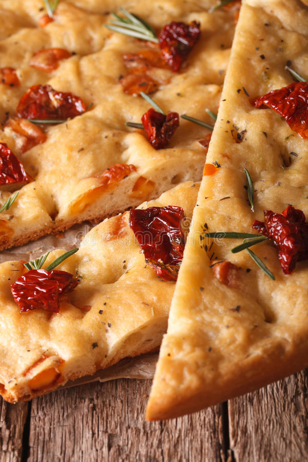 Focaccia italiano cortado com tomates secados vertical macro fotografia de stock royalty free
