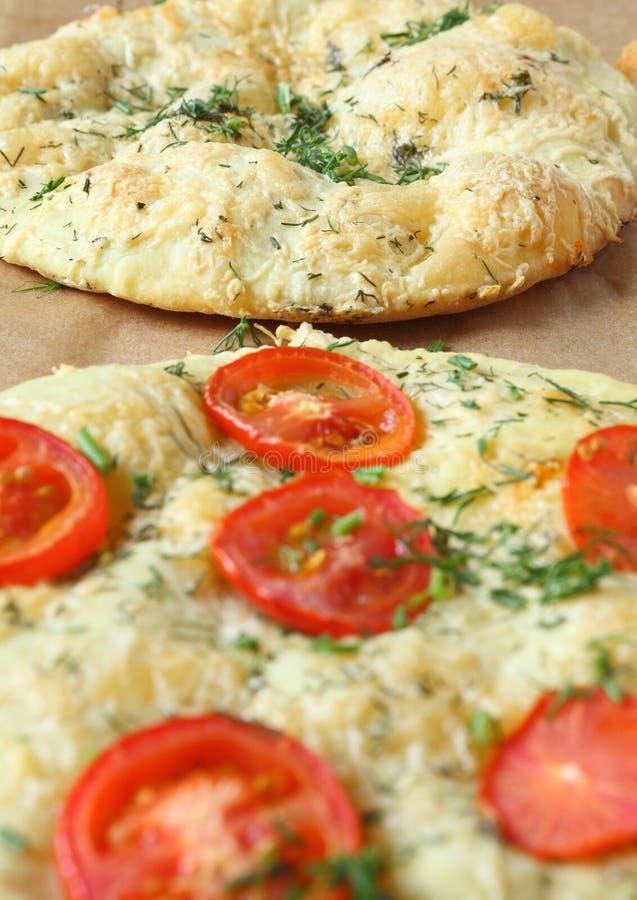 Focaccia italiano (pizza) com tomates e ervas foto de stock