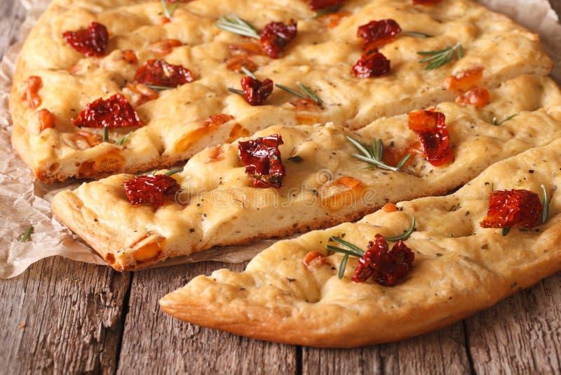 Focaccia italiano saboroso com tomates secados perto acima na tabela foto de stock royalty free